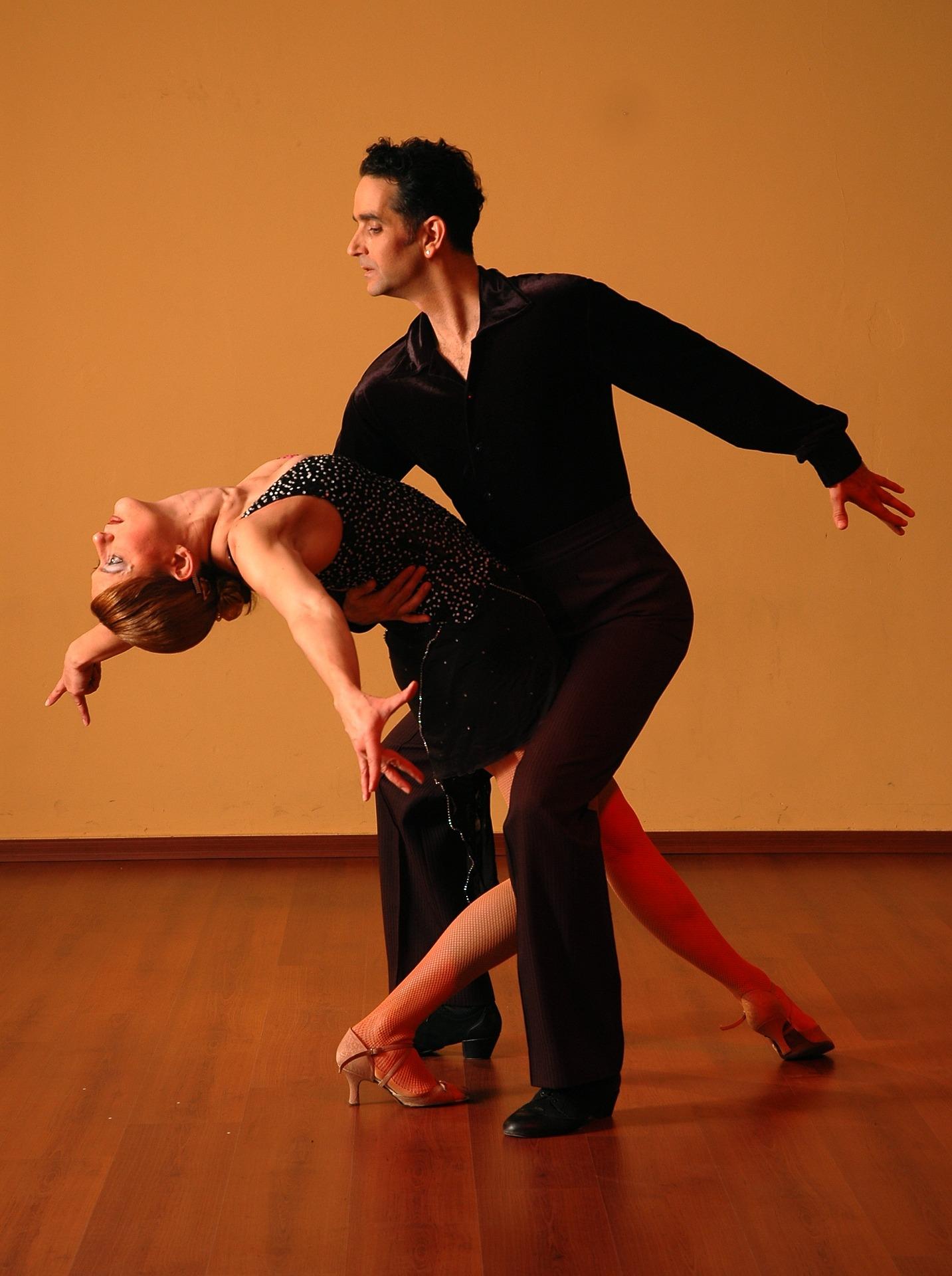 dancing-929816_1920